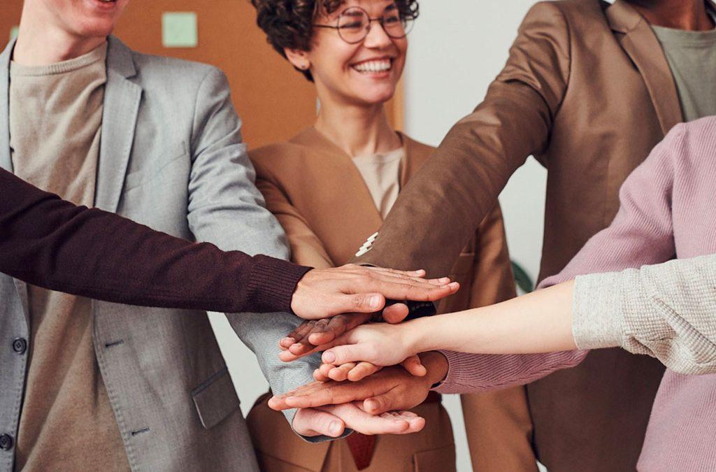 Foto: Menschen stapeln die Hände in der Mitte